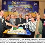 ISLAMABAD, SEPT 21: Federal Ministers Lt. Gen (R) Abdul Qadir Baloch, Rana Tanveer Hussain, Ambassador of USA David Hale, Ambassador of Ukraine Volodymyr Lakomov and others cutting cake to celebrate 26th anniversary of independence of Ukraine.=DNA PHOTO