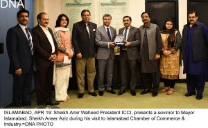 ISLAMABAD, APR 19: Sheikh Amir Waheed President ICCI, presents a sovinior to Mayor Islamabad, Sheikh Anser Aziz during his visit to Islamabad Chamber of Commerce & Industry.=DNA PHOTO